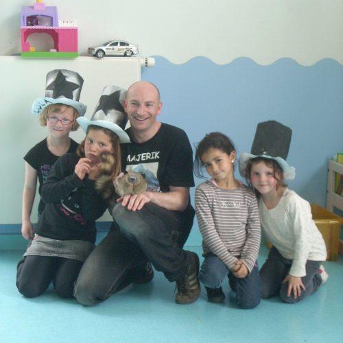 Séance photo de groupe atelier de magie avec Majerik et Rocky le raton laveur